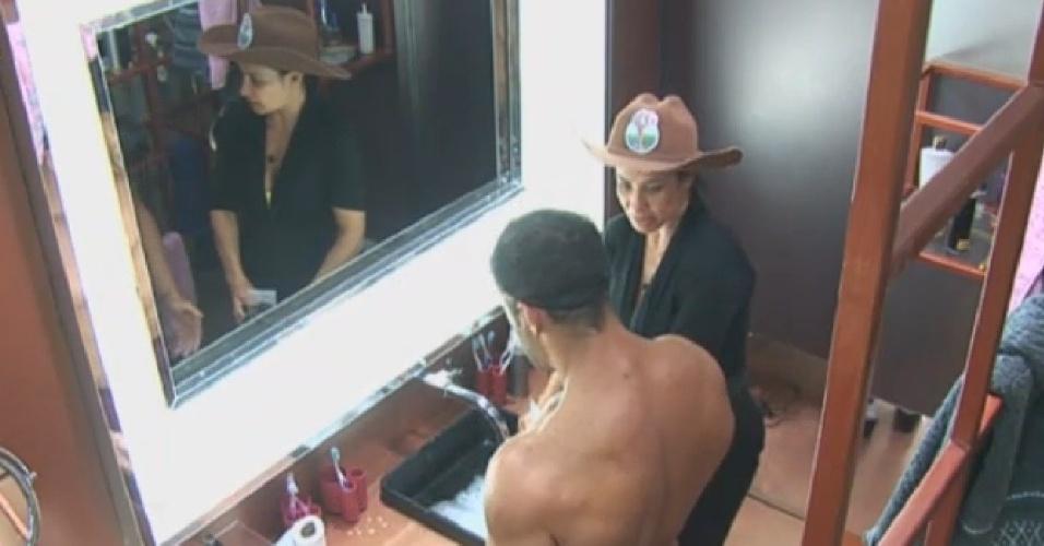 22.jul.2013 - Marcos Oliver explica para Scheila Carvalho sujeira deixada na pia do banheiro