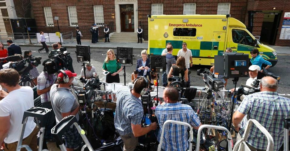 22.jul.2013 - Movimentação em frente ao Hospital St. Mary aumentou na manhã desta segunda-feira após o anúncio de que a duquesa Kate deu entrada em estágios iniciais de trabalho de parto.