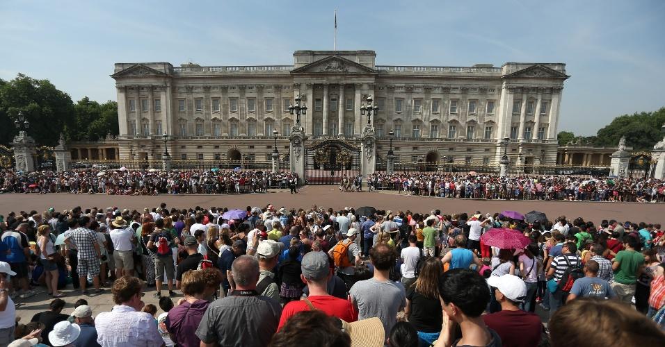 22.jul.2013 - Multidão aguarda o anúncio do nascimento do bebê de Kate e William em frente ao Palácio de Buckingham, em Londres