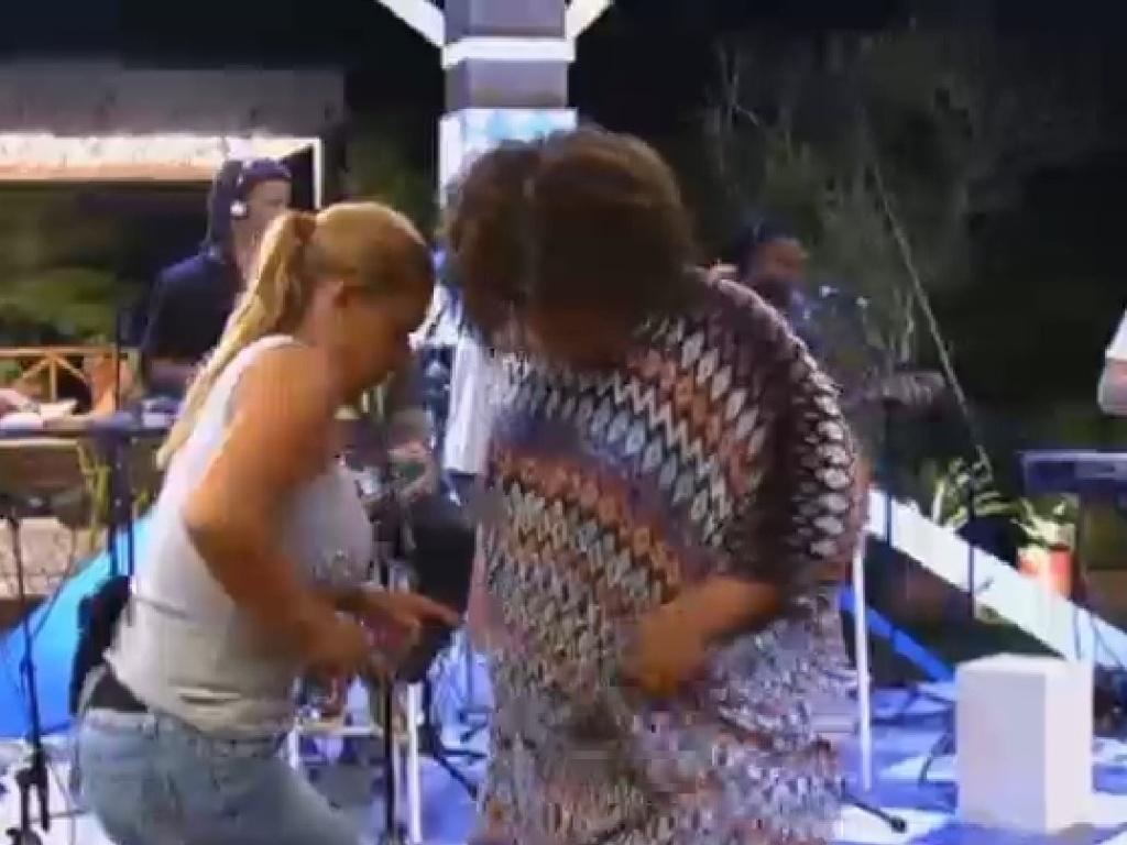 22.jul.2013 - Na roça, Gominho e Rita Cadilllac curtem show do grupo Jeito Moleque