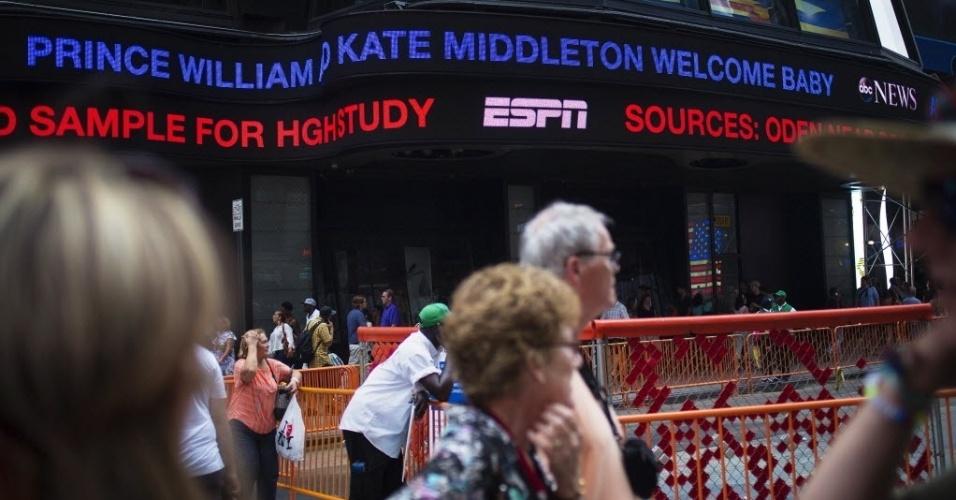 22.jul.2013 -  Na Times Square, em Nova York, nos EUA, painel anuncia o nascimento do príncipe de Cambridge, que nasceu nesta segunda-feira às 16h24 (12h24 no horário de Brasília), com 3,700 kg