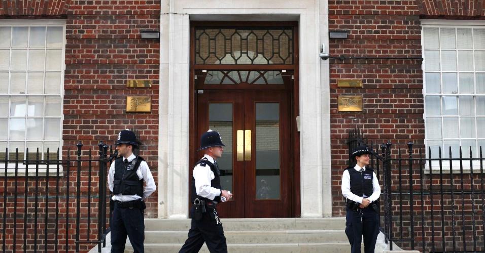 22.jul.2013 - Policiais guardam a entrada da ala exclusiva Lindo, no Hospital St. Mary, em Londres, onde Kate deu entrada por volta das 6h (2h em Brasília) desta segunda-feira