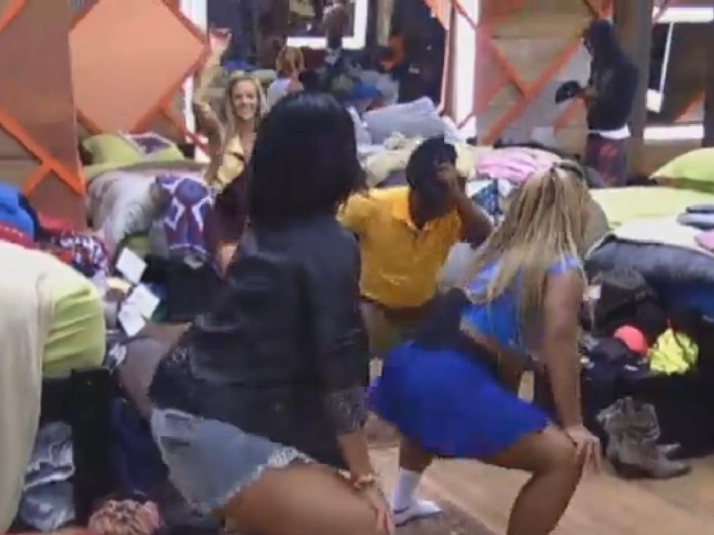 22.jul.2013 - Scheila Carvalho e Mulher Filé requebram até o chão