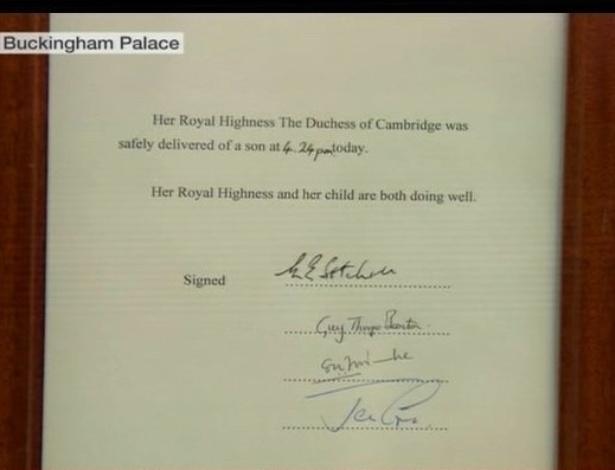 22.jul.2013 - Seguindo a tradição da família real inglesa, um mensageiro do Palácio de Buckingham coloca em um cavalete o documento assinado pelo médico com os detalhes do bebê da duquesa Kate Middleton e do príncipe William