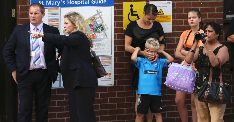 22.jul.2013 - Turistas e curiosos se aglomeram em frente a ala Lindo do hospital St. Mary, em Londres, onde Kate Middleton deu entrada nesta segunda-feira (22), já em trabalho de parto