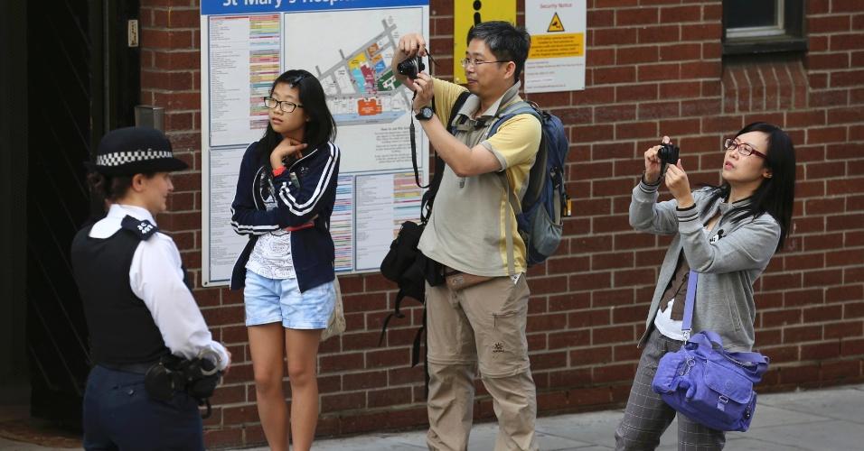 22.jul.2013 - Turistas tiram fotos m frente a ala Lindo do hopital, St. Mary, em Londres, onde Kate Middleton já está em trabalho de parto. A Duquesa de Cambridge deu entrada na instituição por volta das 6h (2h em Brasília) desta segunda-feira
