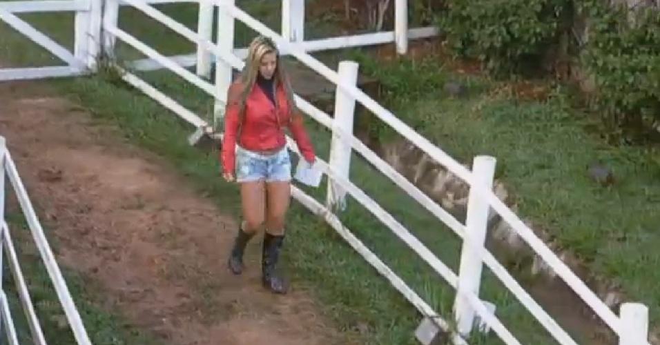 22.jul.2013 - Denise Rocha se prepara para cuidar das ovelhas