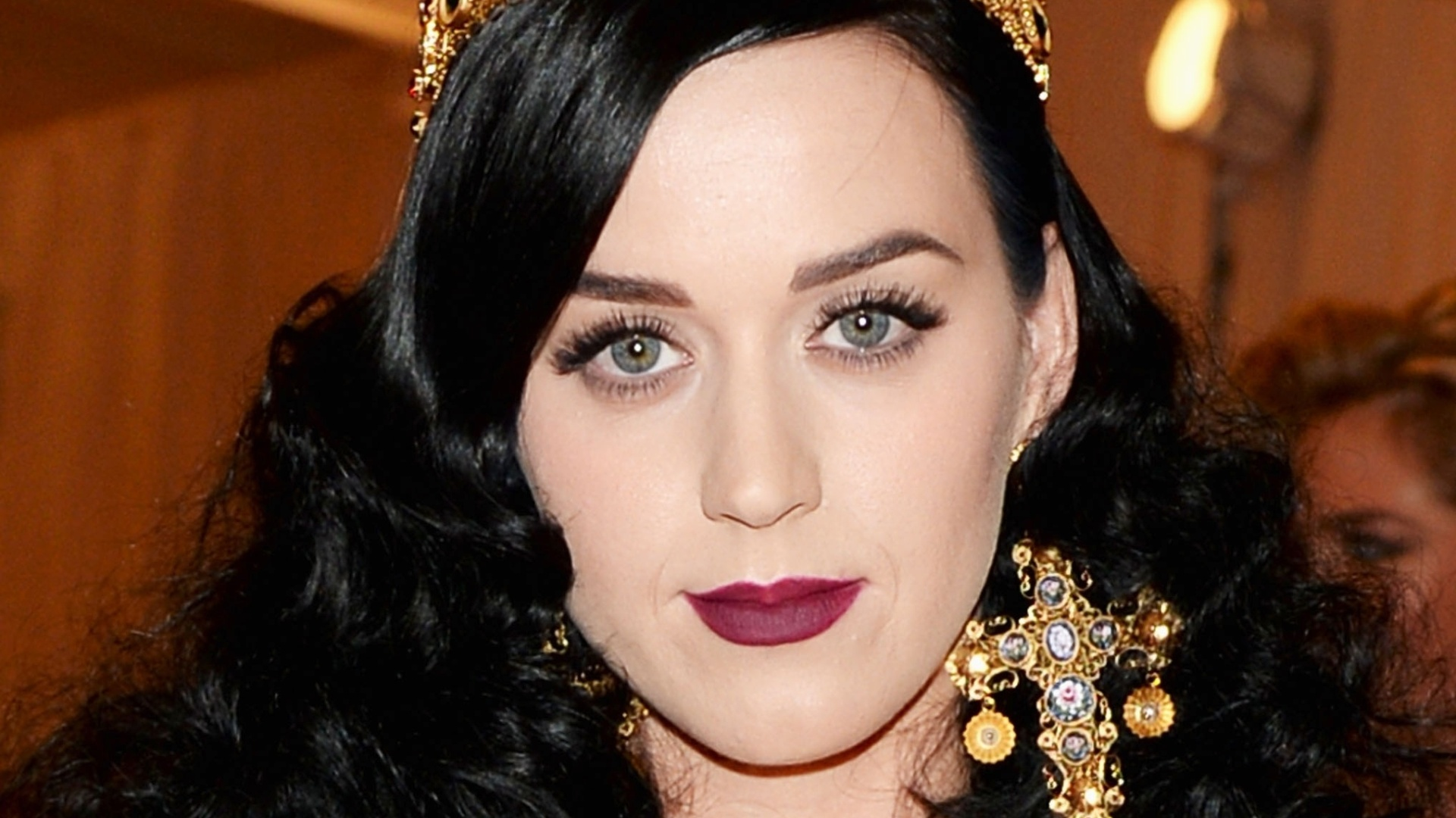 A cantora Katy Perry, que faturou US$ 39 milhões, tem como fontes de renda shows, álbuns, o perfume Coty, e os salgadinhos Popchips, no qual tem participação acionária