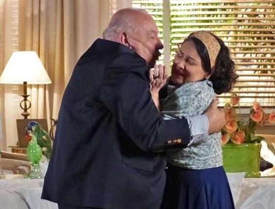 """Em """"Flor do Caribe"""", Dionísio tenta agarrar Maria Adília"""