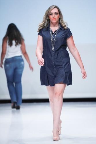 Modelo desfila look da Attribute para o Verão 2014 durante o Fashion Weekend Plus Size, em São Paulo (21/07/2013)