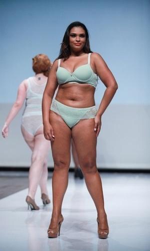 Modelo desfila look da Sizély para o Verão 2014 durante o Fashion Weekend Plus Size, em São Paulo (21/07/2013)