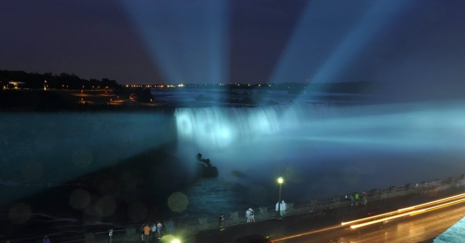 22.jul.2013 - Cataratas do Niágara é iluminada de azul para celebrar o nascimento do bebê de Kate e William