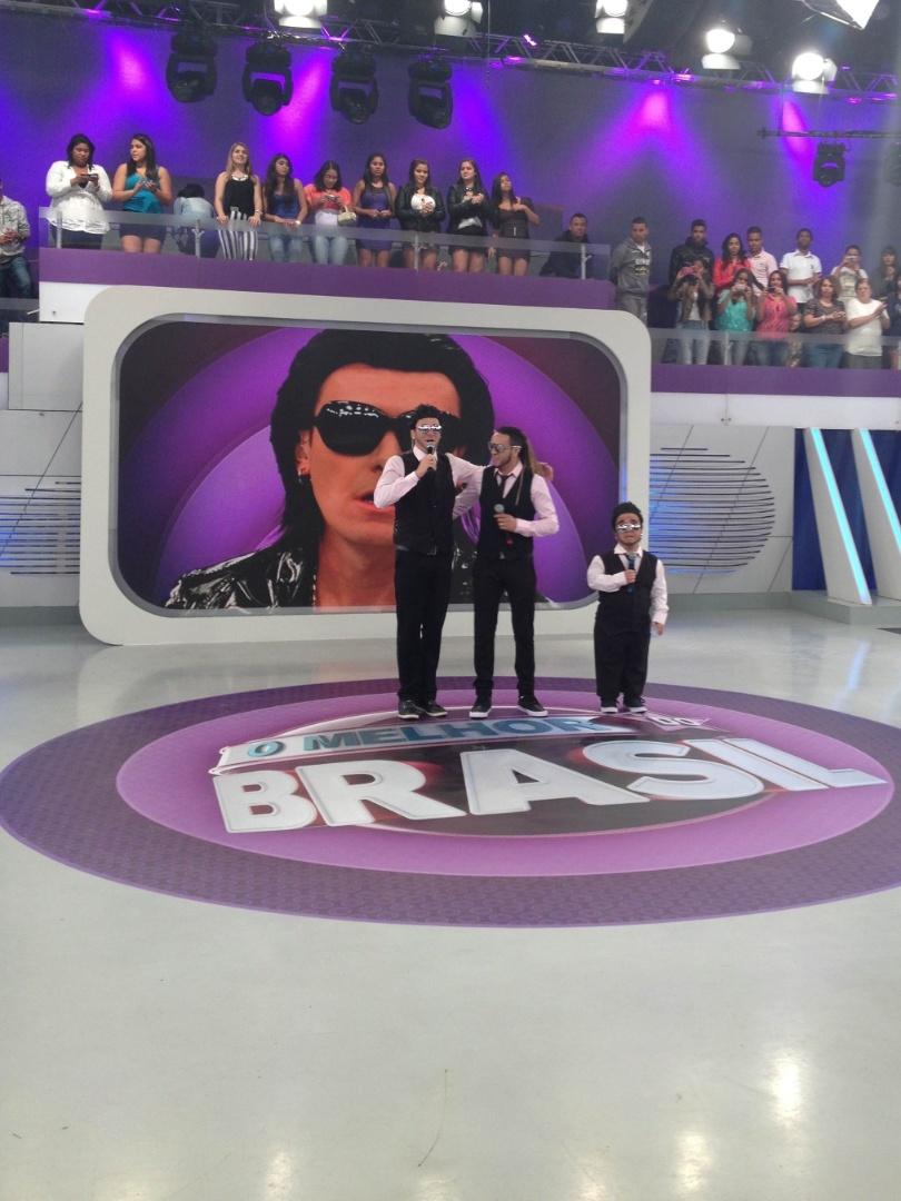 """23.jul.2012 -Rodrigo Faro se transforma no cantor Belo para o """"Dança gatinho"""""""