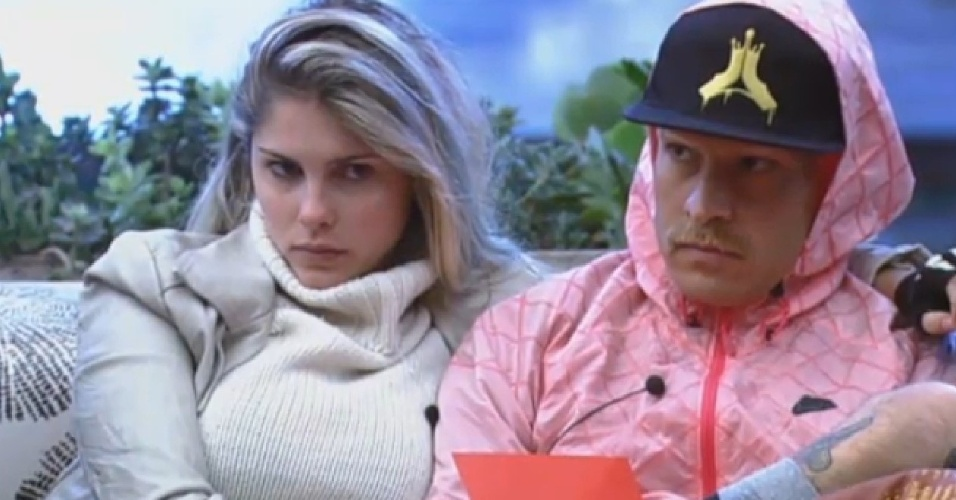 23.jul.2013 - Bárbara e Mateus observam respostas de peões em atividade de entrevista