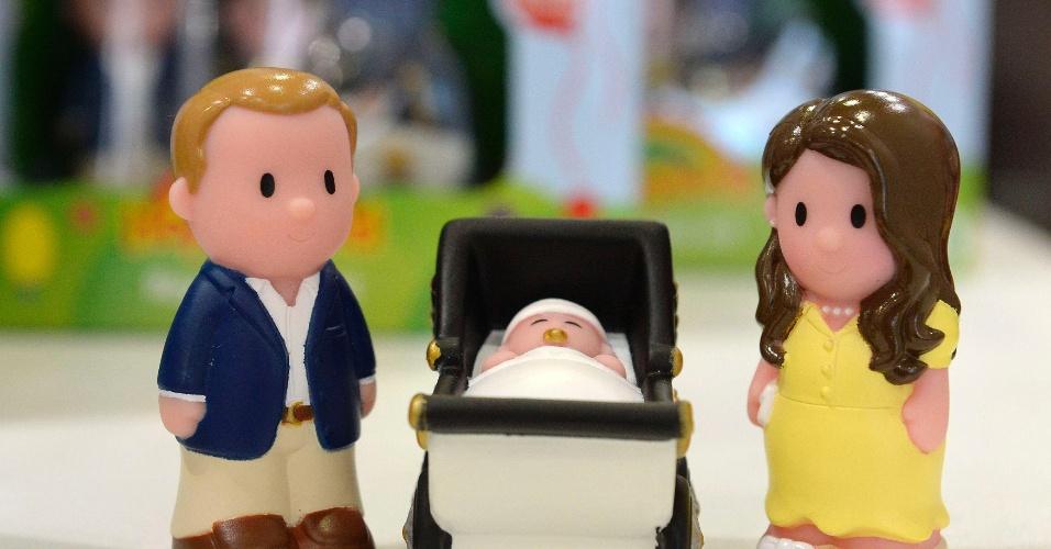 23.jul.2013 - Brinquedo representando o príncipe William, a duquesa Kate e o bebê real em exposição em loja no centro de Londres