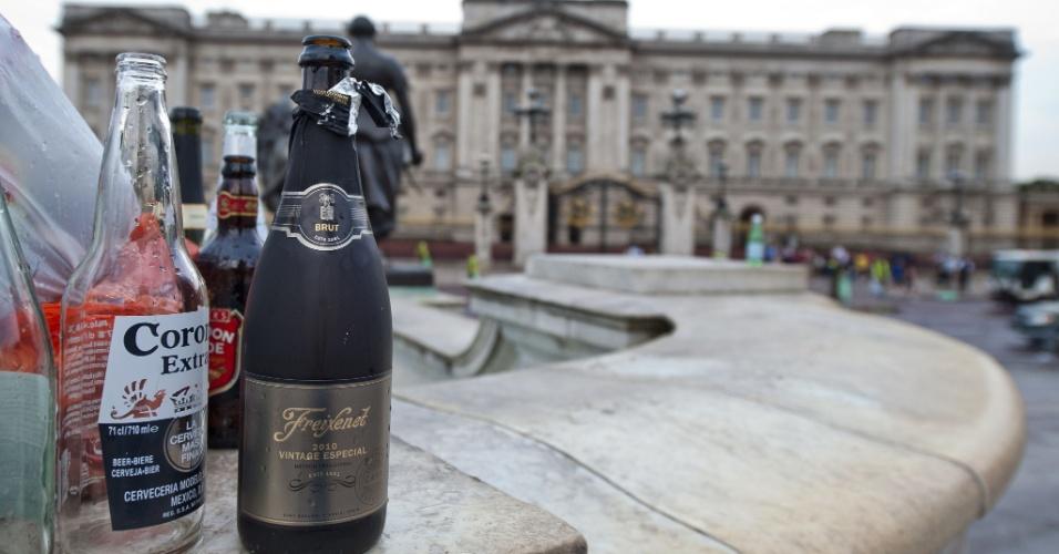 23.jul.2013 - Garrafas vazias de bebidas alcoolicas são fotografadas do lado de fora do palácio de Buckingham na manhã seguinte ao nascimento do bebê de William e Kate