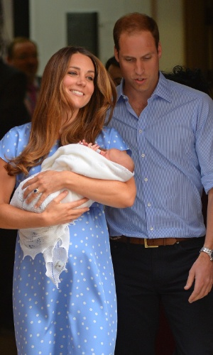 23.jul.2013 - Kate e William apresentam o bebê real