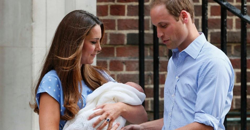 23.jul.2013 - Kate passa o bebê real para o príncipe William em frente ao hospital St.Mary's