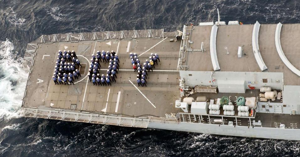"""23.jul.2013 - Marinheiros do Navio real HMS Lancaster foram a palavra """"Boy"""" (menino, em inglês) em homenagem ao nascimento do bebê real no deck do navio, que está no Caribe. A foto foi divulgada pelo Ministro da Defesa da Grã-Bretanha"""