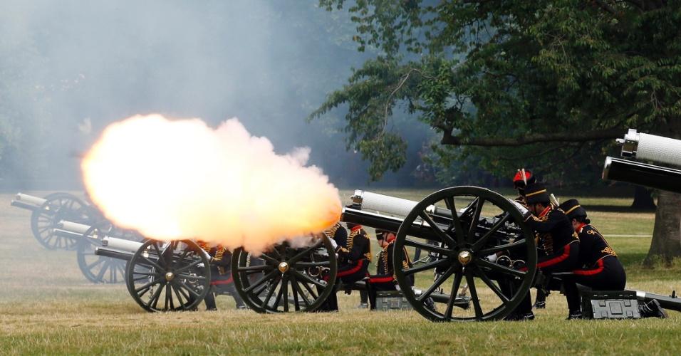 23.jul.2013 - Membros da cavalaria e artilharia da tropa do rei soltam tiros de canhão no Green Park, no centro de Londres, em homenagem ao nascimento do bebê realntro da cidade, em homenagem ao nascimento do bebê real