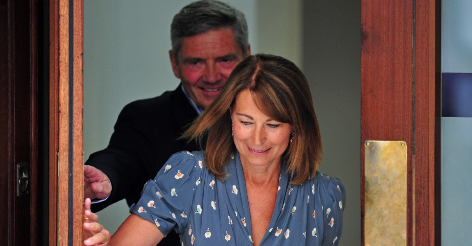 23.jul.2013 - Michel e Carole Middleton, pais da duquesa Catherine, visitam a filha na Lindon Wing no hospital St.Mary, em Londres.