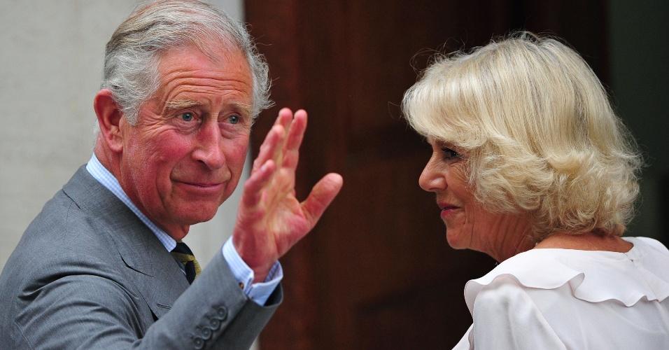 23.jul.2013 - O Príncipe Charles, pai do Príncipe William, e sua mulher, Camilla Parker-Bowles, vão ao hospital St.Mary para visitar o Duque de Cambrigde e a Duquesa Kate Middleton. O primeiro filho do jovem casal nasceu na segunda-feira.