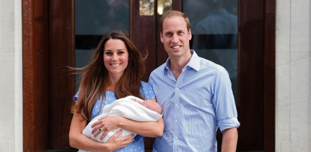 23.jul.2013 - O príncipe de Cambridge no colo da mãe, Kate Middleton e do pai, o príncipe William, na saída do hospital St. Mary nesta terça-feira, por volta das 19h15 de Londres (15h15 de Brasília) - Suzanne Plunkett/Reuters