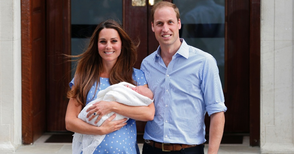 23.jul.2013 - O príncipe de Cambridge no colo da mãe, Kate Middleton e do pai, o príncipe William, na saída do hospital St. Mary nesta terça-feira, por volta das 19h15 de Londres (15h15 de Brasília)