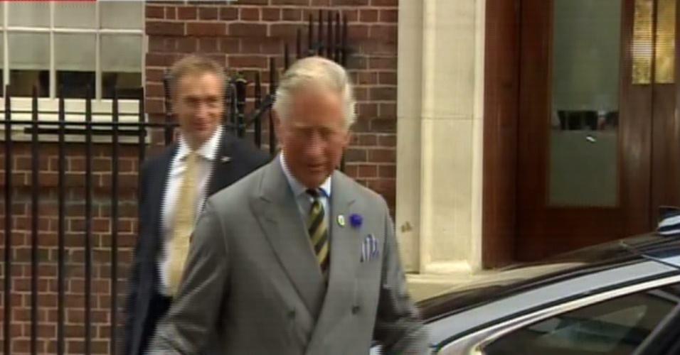 """23.jul.2013 - Príncipe Charles deixa hospital St. Mary após conhecer o primeiro neto acompanhado de sua mulher, Camilla Parker-Bowles. A jornalistas, ele deu a entender que o bebê poderia ser visto em breve. """"Vocês verão em um minuto"""", afirmou, segundo a emissora britânica BBC"""