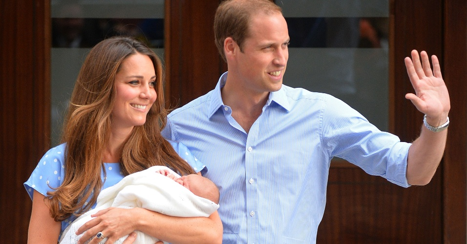 23.jul.2013 - Príncipe Wiliam e Kate Middleton apresentam o bebê real