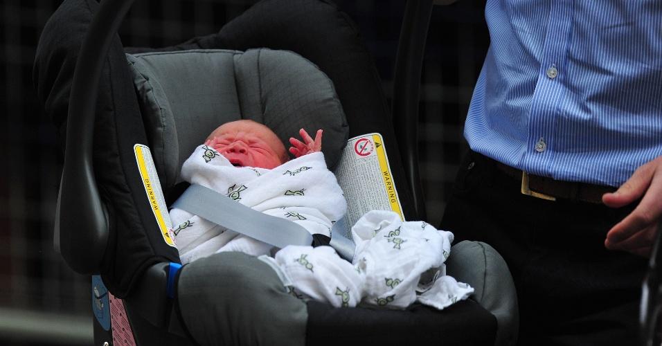 23.jul.2013 - Príncipe William carrega o bebê real para o carro