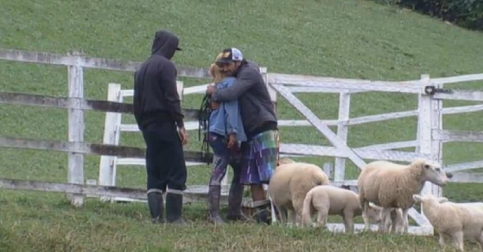 23.jul.2013 - Rita Cadillac chora ao receber abraço de Beto