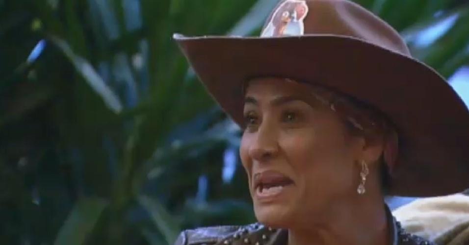 23.jul.2013 - Scheila Carvalho lê ficha para atividade de entrevistas