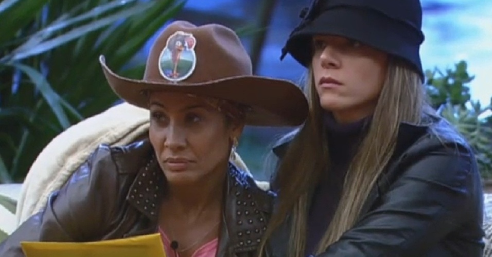 23.jul.2013 - Scheila Carvalho lê pergunta para peões com Denise Rocha