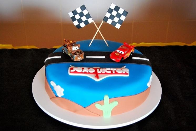 A Doceria da Lu (www.doceriadalu.com.br) criou o bolo inspirado no desenho animado Carros para um menino de quatro anos. Os carrinhos de brinquedo incrementam a sobremesa