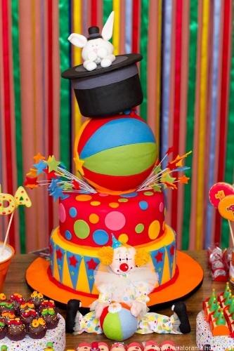 A Sucra (www.sucra.com.br) é a criadora deste bolo bem colorido para uma festa de tema Circo, realizada pela Caraminholando (www.caraminholando.com.br)
