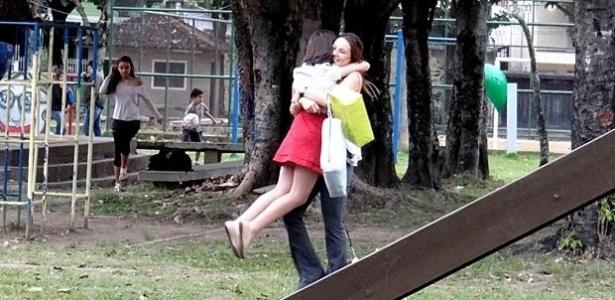 """Em """"Amor à Vida"""", Paola começa a encontrar com Paulinha sem o Bruno saber"""