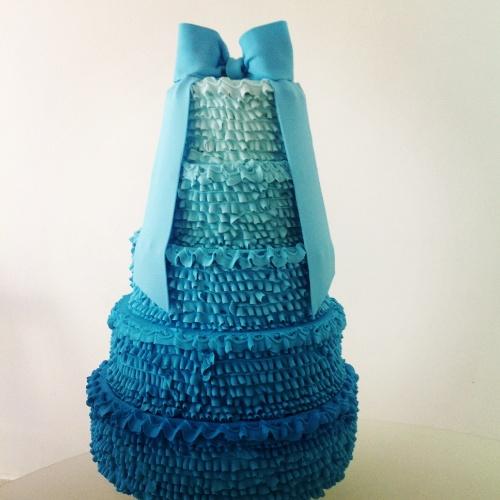Este bolo da Divino Dolce (www.divinodolce.com.br) é cenográfico, mas serve de modelo para um que pode ser feito deste tipo e de verdade, coberto de glacê, com massa e recheio de acordo com o gosto do aniversariante