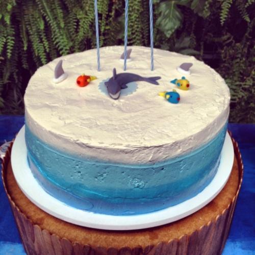 Mesmo sem a famosa pasta americana, é possível fazer um bolo colorido, como o bolo Oceano, assinado por Tammy Montagna (www.tammymontagna.com) para uma festa com o mesmo tema organizada pela Decoração do Baile (decoracaodobaile.wordpress.com)