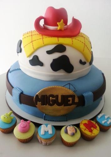 O bolo da Divino Dolce (www.divinodolce.com.br) foi inspirado no personagem Woody, da animação Toy Story. O primeiro andar do bolo representa a calça do cowboy, com direito a cinto de couro; o segundo andar traz o colete com estampa de vaca, coberto por uma camada de pasta americana xadrez, igual ao tecido da camisa do personagem. Para finalizar, um chapéu de cowboy decora o topo