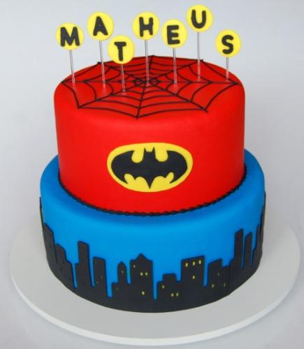 O bolo da Nika Linden (www.nikalinden.com.br) uniu para um menino dois heróis: Batman e Homem Aranha