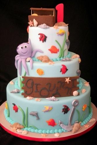 O bolo Fundo do Mar é decorado com conchinhas, peixes, plantas e animais aquáticos e até uma arca. Foi feito pela Sweet Carolina (www.sweetcarolina.com.br)