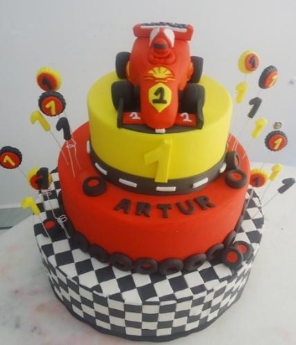 Para um fã de automobilismo, esse bolo é ideal. Os três andares são decorados com itens de corrida, como a bandeira, a pista, a sinalização do asfalto e, claro, um carrinho de Fórmula 1. Foi feito por Pri Paixão (www.blogpripaixao.blogspot.com.br)