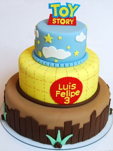 Para um fã do desenho animado Toy Story, um bolo inspirado no desenho animado. As cores do bolo são as mesmas da roupa do personagem principal da animação, o Woody. Repare que o xadrez do segundo andar do bolo é idêntico ao da camisa do cowboy. O bolo é de Nika Linden (www.nikalinden.com.br)