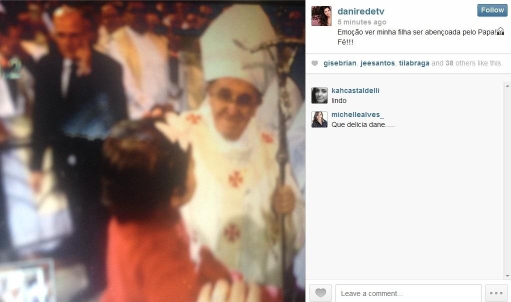 24.jul.2013 - Alice, filha de Daniela Albuquerque  e do presidente da Rede TV! Amílcare Dallevo Jr., recebe benção do Papa Francisco em Aparecida do Norte