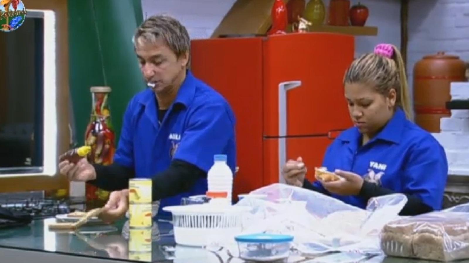 24.jul.2013 - Paulo Nunes e Mulher Filé conversam sobre estratégia de jogo antes de deixar a prova