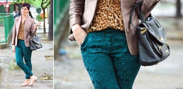 """A designer carioca Ana Soares queria brincar mais com suas roupas. Ela conta a escolha do look: """"Nesse dia, eu queria muito tentar uma mistura ousada de estampas e texturas. O barroco da calça acabou coordenando perfeitamente com a estampa de oncinha da blusa, me inspirei um pouco nas cores da natureza. O blazer entrou para equilibrar a minha silhueta, pois sou um triângulo, ou seja, sou mais estreita em cima e mais larga nos quadris. Apesar de parecer uma mistureba, o resultado final ficou harmônico, e... - Arquivo pessoal"""