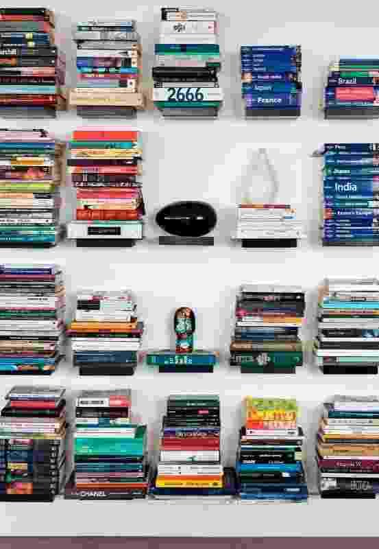 Como se flutuassem, os livros ficam dispostos em pequenas prateleiras presas à parede e conferem um ar sofisticado e inovador ao ambiente decorado por Leonardo Di Caprio - Alain Brugier/Divulgação