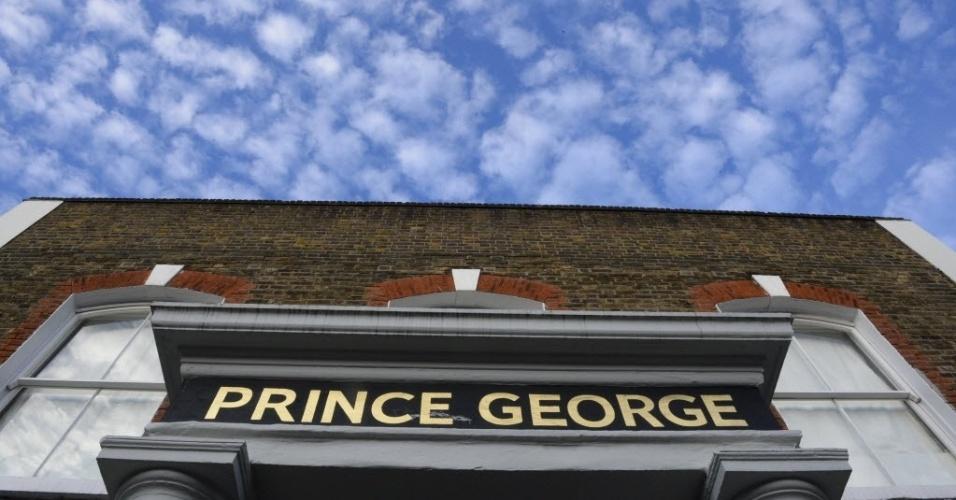 Pub inglês exibe letreiro com o nome do herdeiro de Kate Middleton e do príncipe William