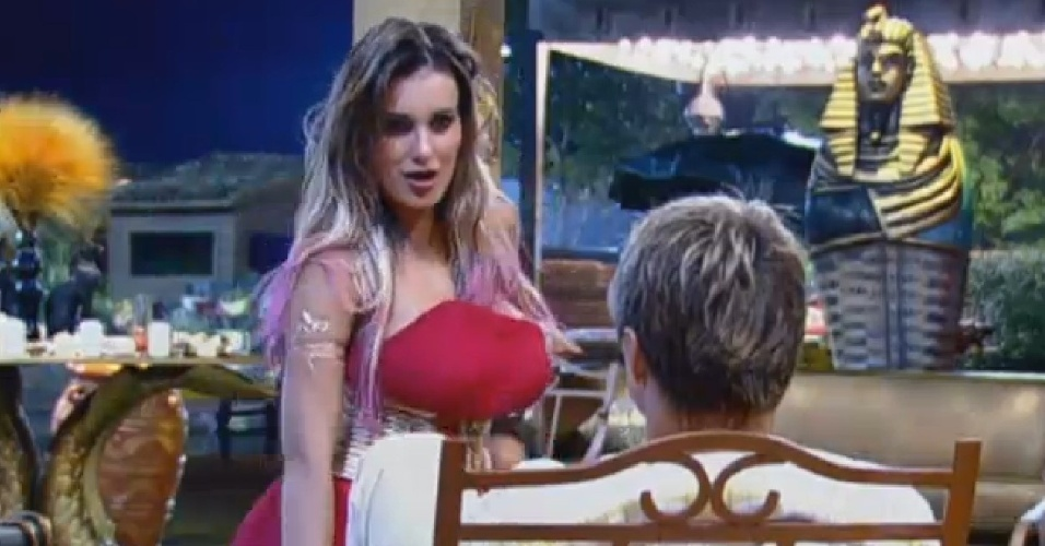 24.jul.2013 - Andressa faz dança sensual para Paulo Nunes